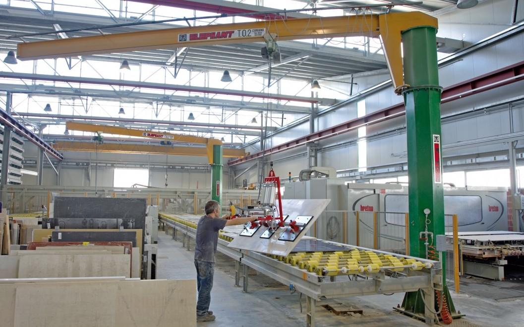 Gru con rotazione manuale 360 impianti di sollevamento for Paranco elettrico con supporto a bandiera